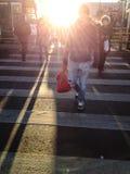 Folk som korsar gatan Arkivfoto
