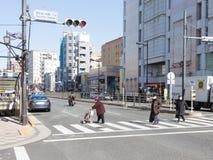 Folk som korsar gatan Arkivbilder