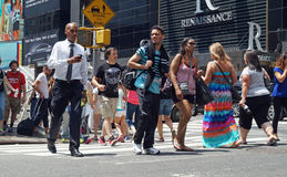 Folk som korsar gatan i New York City Royaltyfri Foto