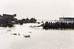 Folk som korsar Mekong River på färjan i min Tho, Vietnam Arkivfoto