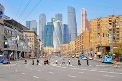 Folk som korsar vägen i Moskvacentrum Royaltyfria Foton