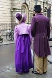 Folk som kostymeras i gatorna av badet för den Jane Austen festivalen Royaltyfria Bilder
