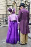 Folk som kostymeras i gatorna av badet för den Jane Austen festivalen Arkivbilder