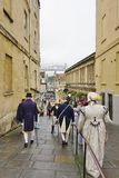 Folk som kostymeras i gatorna av badet för den Jane Austen festivalen Arkivfoton