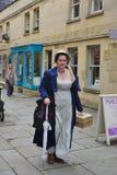 Folk som kostymeras i gatorna av badet för den Jane Austen festivalen Royaltyfri Bild