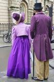 Folk som kostymeras i gatorna av badet för den Jane Austen festivalen Royaltyfri Foto