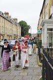 Folk som kostymeras i gatorna av badet för den Jane Austen festivalen Royaltyfri Fotografi