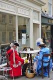 Folk som kostymeras i gatorna av badet för den Jane Austen festivalen Arkivbild