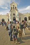 Folk som kryper i religiös ceremoni på San Lazaro Catholic Church i El Rincon, Kuba, plats av den årliga processionen av San Laza royaltyfri foto