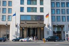 Folk som lämnar det Waldorf Astoria hotellet i Berlin Germany Royaltyfri Fotografi