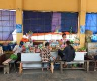 Folk som länge säljer foods på bryggan i mummel, Vietnam Arkivfoton