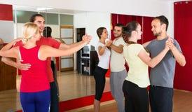 Folk som lär att dansa valsen Arkivbild