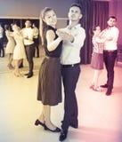 Folk som lär att dansa valsen i dansgrupp Royaltyfria Bilder