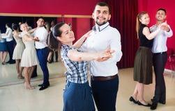 Folk som lär att dansa valsen i dansgrupp Arkivbild