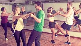 Folk som lär gunga på dansgrupp royaltyfri fotografi