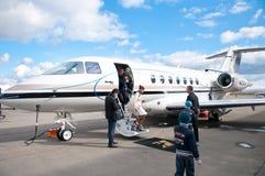Folk som löper med det kommersiella flygplan Fotografering för Bildbyråer