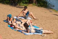 Folk som ligger på kullen och solbada Royaltyfri Bild