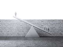 Folk som litfing en enkel person över en vägg Royaltyfri Bild