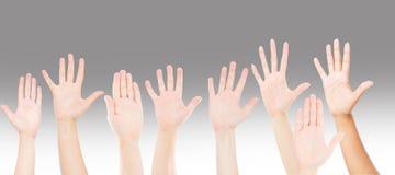 Folk som lyfter upp händer för deltagande, många personers händer Teamwork- och konkurrensbegrepp royaltyfri fotografi