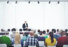 Folk som lyssnar till högtalarens presentation fotografering för bildbyråer