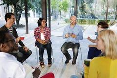 Folk som möter den talande kommunikationen Co för diskussionsidékläckning royaltyfri fotografi