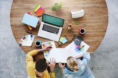 Folk som möter för kreativitetbärbar dator för företags design begrepp royaltyfri bild