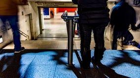 Folk som in och ut går från station arkivfilmer