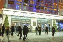 Folk som in och ut kommer från den stora dekorerade köpcentrumpalladiumen i Prague på republikfyrkanten Arkivbild