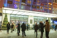 Folk som in och ut kommer från den stora dekorerade köpcentrumpalladiumen i Prague på republikfyrkanten Royaltyfria Foton