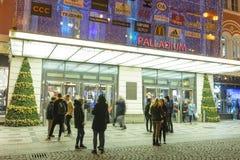 Folk som in och ut kommer från den stora dekorerade köpcentrumpalladiumen i Prague på republikfyrkanten Arkivfoton