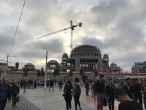 Folk som omkring går, och bilar i trafik på den Taksim fyrkanten, Istanbul royaltyfri fotografi