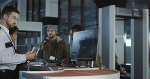 Folk som passerar biometric kontroll i flygplats lager videofilmer