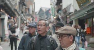 Folk som plats-ser i en gata i historiska Narita Japan lager videofilmer