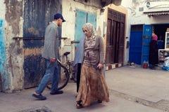 Folk som promenerar en gränd av Essaouira, Marocko Fotografering för Bildbyråer