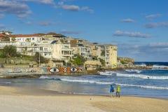 Folk som promenerar stranden och lägenheterna i Sydney Royaltyfri Fotografi
