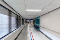Folk som promenerar trängande korridoren av ambulansen arkivbild