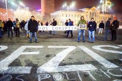 Folk som protesterar, Bucharest, Rumänien Arkivbild