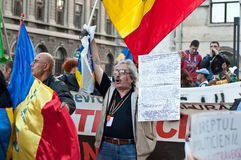 Folk som protesterar i Bucharest Royaltyfria Foton