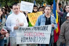 Folk som protesterar i Bucharest Arkivbild