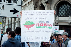Folk som protesterar i universitetfyrkanten, Bucharest Royaltyfri Fotografi