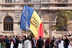 Folk som protesterar i universitetfyrkanten, Bucharest Arkivfoto