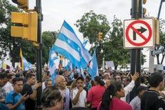 Folk som protesterar mot den Ecuador regeringen Arkivbilder