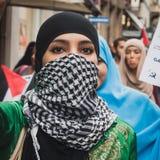 Folk som protesterar mot Gazaremsanbombning i Milan, Italien Arkivbild