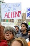Folk som protesterar mot invandringlagar Royaltyfri Foto