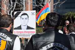 Folk som protesterar på konsulatet av Azerbajdzjan i minne av G Arkivbild
