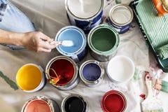 Folk som renoverar färgerna för husmålarfärg arkivfoton