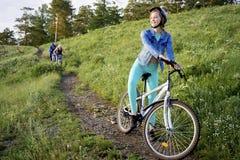 Folk som reser på en cykel Royaltyfria Bilder