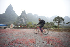 Folk som rider bicyle i Guilin Royaltyfria Bilder