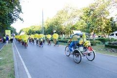 Folk som rider cykeln och trehjulingen runt om den Chiang Mai staden Royaltyfri Fotografi