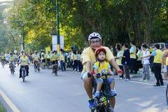 Folk som rider cykeln runt om den Chiang Mai staden Royaltyfria Bilder